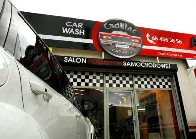 Cadillac – projekt, oklejenie tablic, montaż