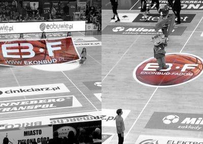 Ekonbud Fadom – reklama na meczu koszykówki, projekt, druk, siatka mesh, naklejka na parkiet