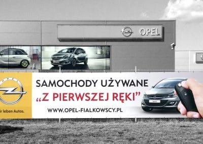 Opel Fiałkowscy – baner na ogrodzeniu, wydruki na szybach, druk, monataż