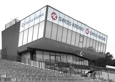 Swiss Krono – budynek na stadionie żużlowym, druk, oklejenie