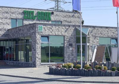 Ziel-Bruk - litery przestrzenne na budynku